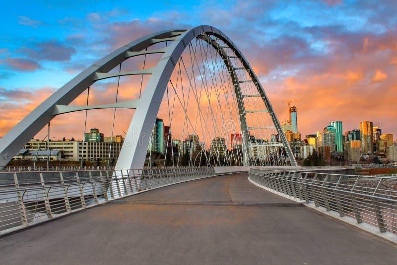 走在桥梁在日落 库存图片