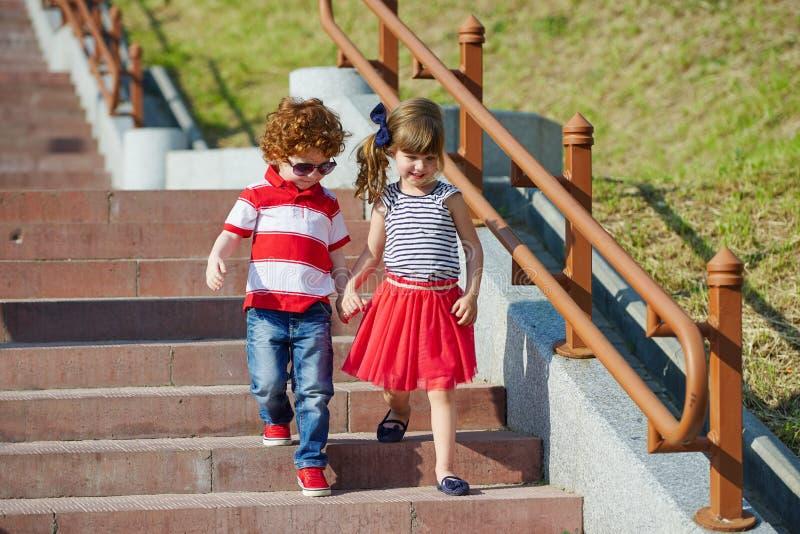 走在楼梯的男孩和女孩 库存图片