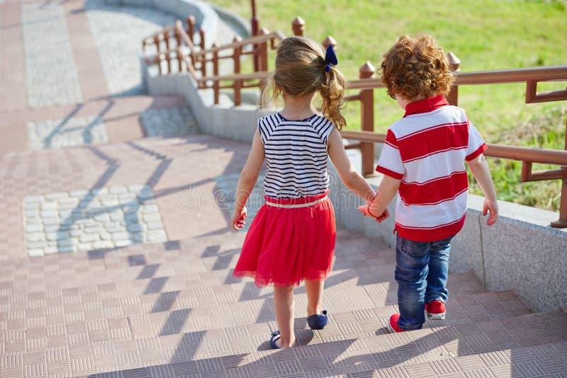 走在楼梯的男孩和女孩 免版税图库摄影