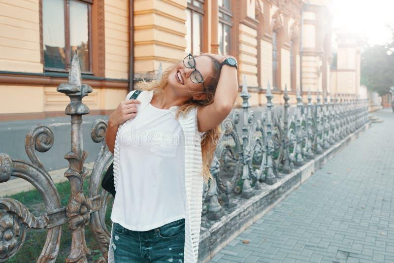 走在欧洲城市的俏丽的妇女在周末期间 库存图片
