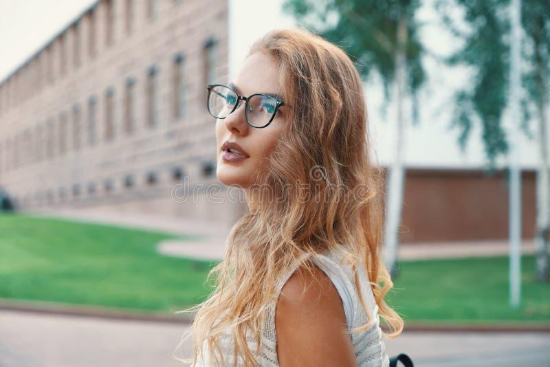 走在欧洲城市的俏丽的妇女在周末期间 图库摄影