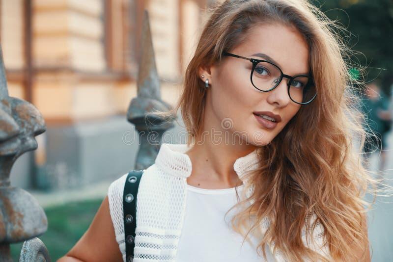 走在欧洲城市的俏丽的妇女在周末期间 免版税库存图片