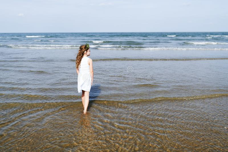 走在水中的小女孩 库存图片