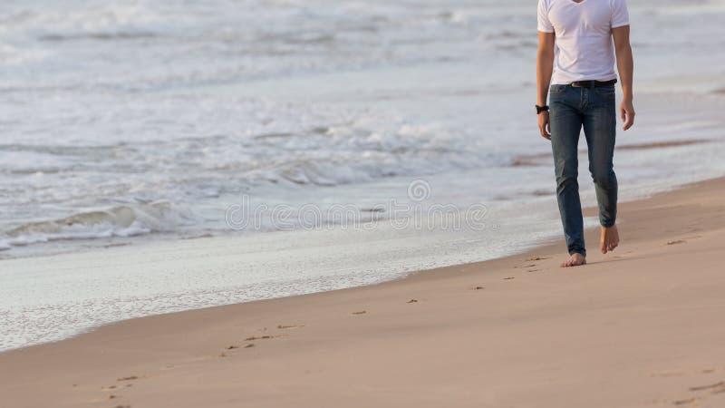 走在沙子海滩的时装模特儿人 图库摄影