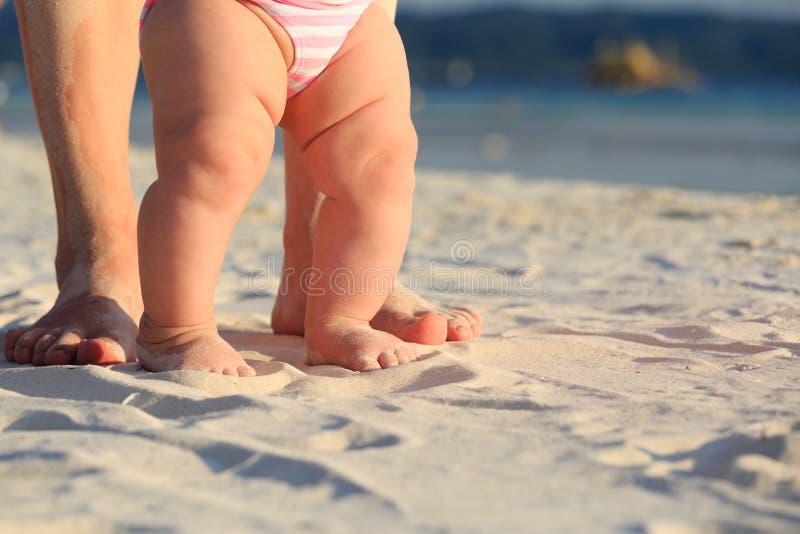 走在沙子海滩的母亲和婴孩 免版税图库摄影