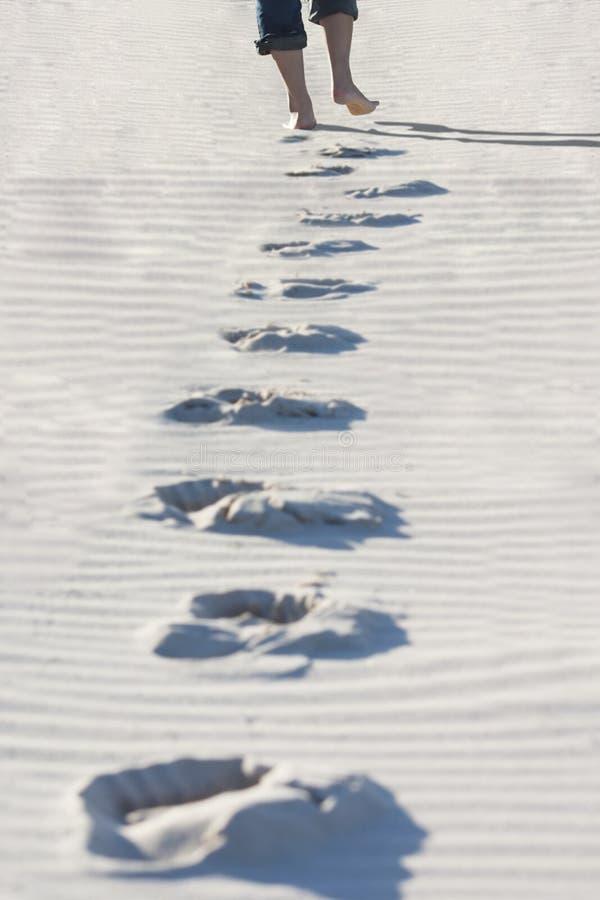 走在沙子的女孩 免版税图库摄影