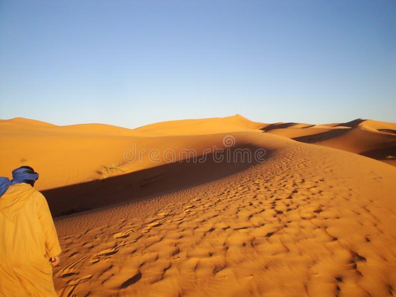 走在沙漠的人 库存照片