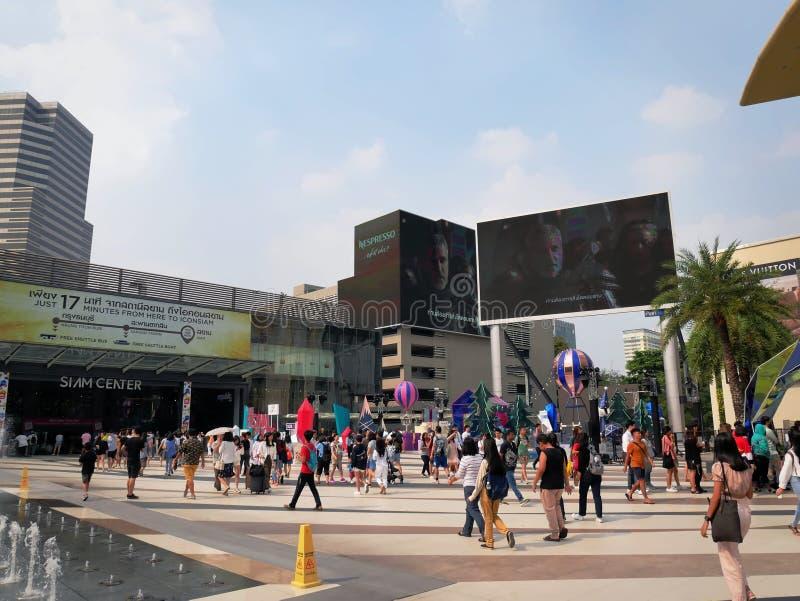 走在沙炎模范商业中心室外公园的人在曼谷,泰国 免版税库存照片