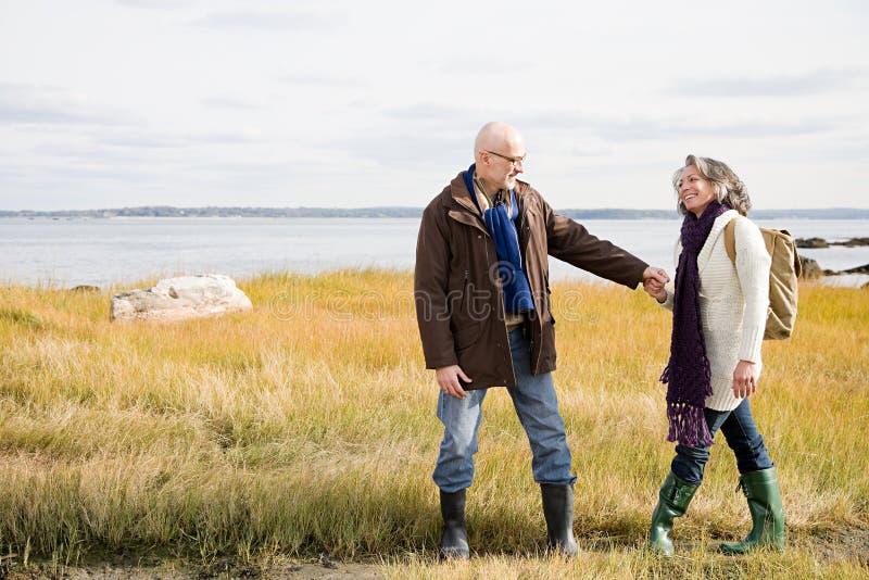 Download 走在沼泽地的成熟夫妇 库存照片. 图片 包括有 夫妇, 人们, 摄影, 种族, 远期, 女演员, 挑运, 报废 - 62534454