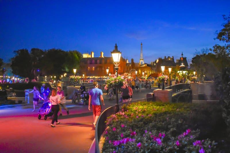 走在法国在蓝色夜背景的亭子地区的人们在Epcot在华特・迪士尼世界 图库摄影