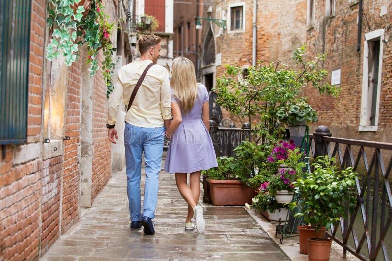 走在浪漫城市的旅游夫妇 免版税库存图片