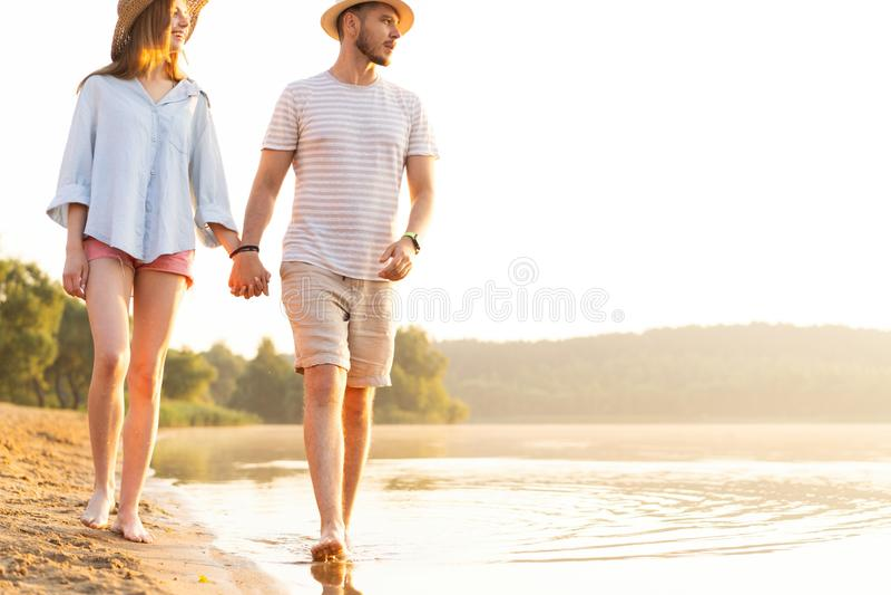 走在浪漫旅行蜜月假期夏天的海滩夫妇 库存图片