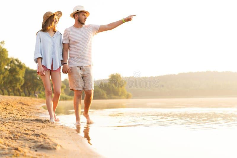 走在浪漫旅行蜜月假期夏天的海滩夫妇 库存照片