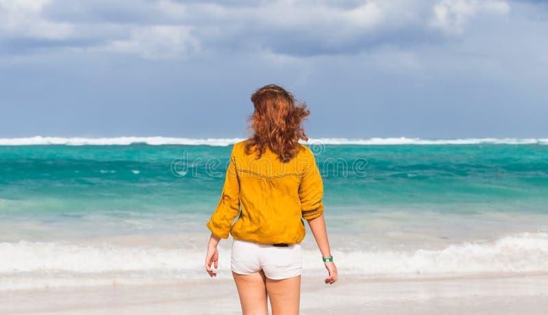 走在海洋海岸的白种人十几岁的女孩 免版税库存照片