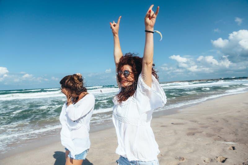 走在海滩的两个朋友 库存照片