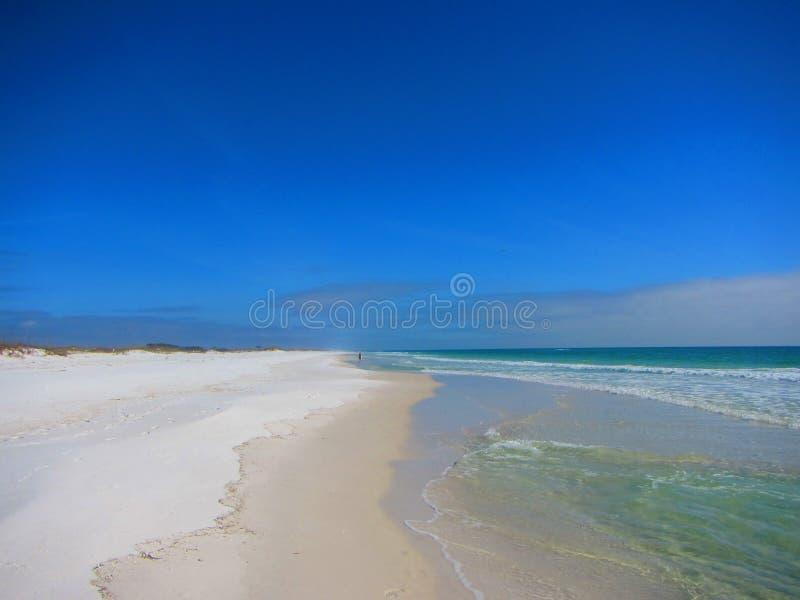 走在海滩的孤立人 免版税库存照片