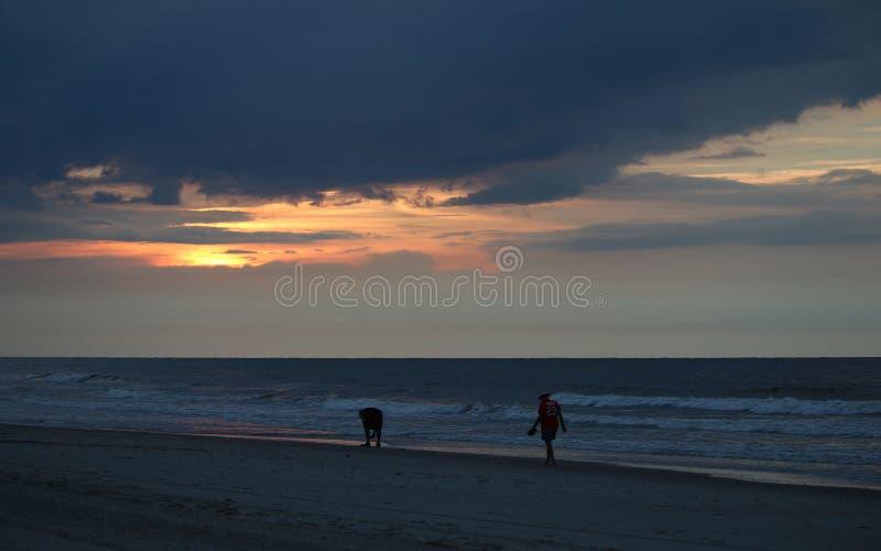 走在海滩的朋友 免版税库存照片