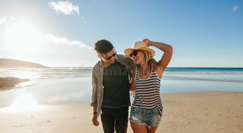 走在海滨和笑的夫妇 免版税图库摄影