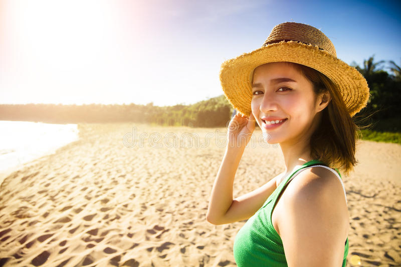 Download 走在海滩的少妇在日落 库存照片. 图片 包括有 特写镜头, 休闲, 火箭筒, 有吸引力的, 放松, 沙子 - 72370788