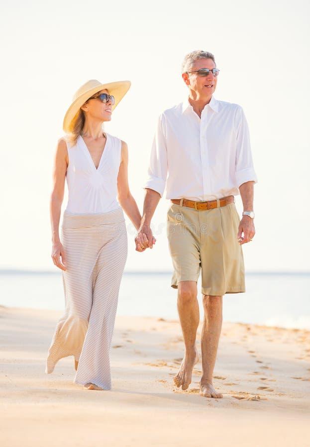走在海滩的浪漫夫妇 免版税图库摄影