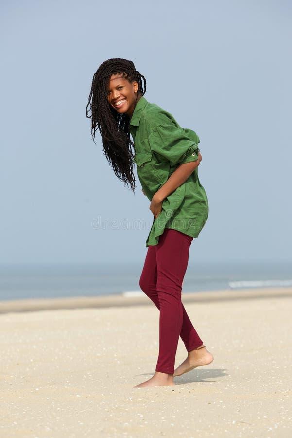 走在海滩的非裔美国人的女孩 免版税库存图片
