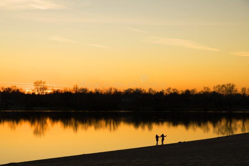 走在湖的海岸的人民 库存图片