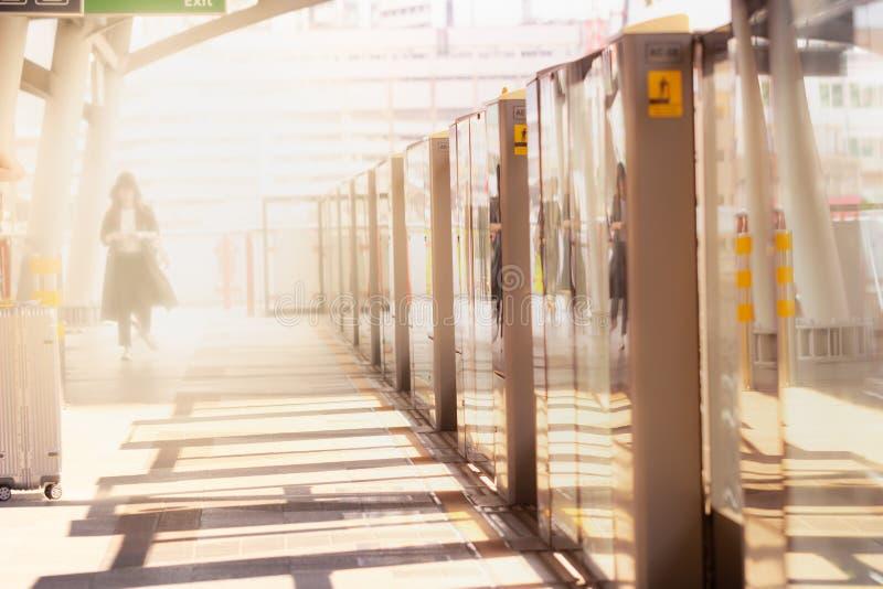 走在火车站的少女 库存照片