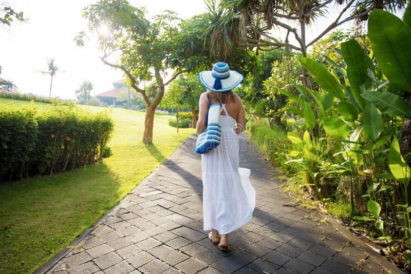 走在热带公园的妇女 图库摄影