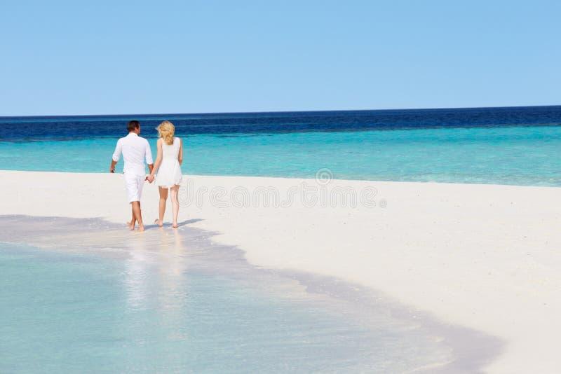 Download 走在热带海滩的浪漫夫妇背面图 库存图片. 图片 包括有 火箭筒, beautifuler, 节假日, 偶然 - 30329899