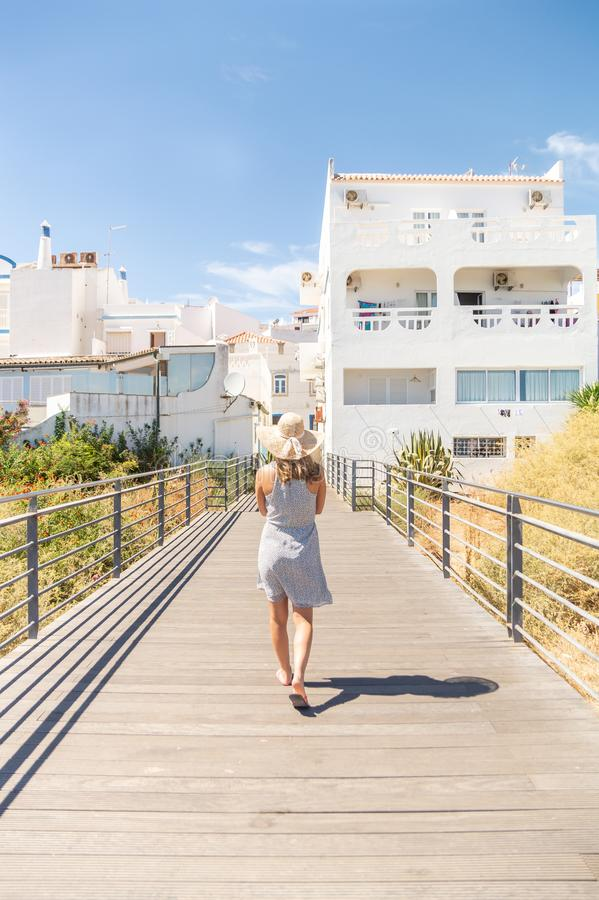 走在猫公园观点的年轻女人,在阿尔布费拉海滩,阿尔加威,葡萄牙 免版税图库摄影
