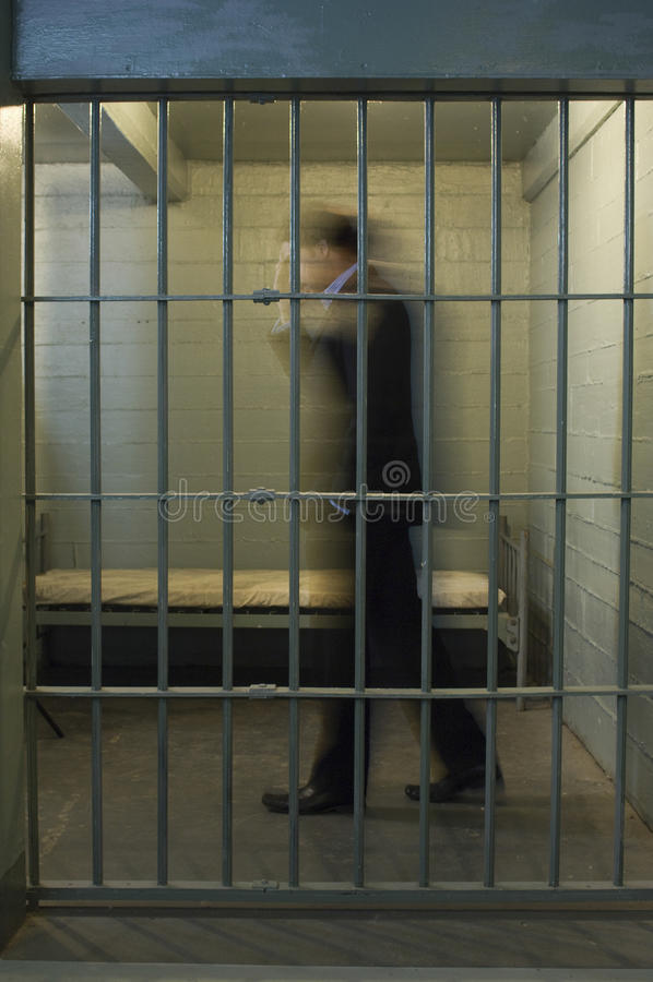 走在监狱牢房的商人 库存照片