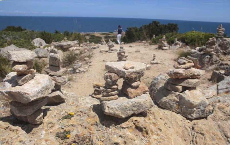 走在石头旁边的女孩在majorca海岛的南海岸登上  库存图片