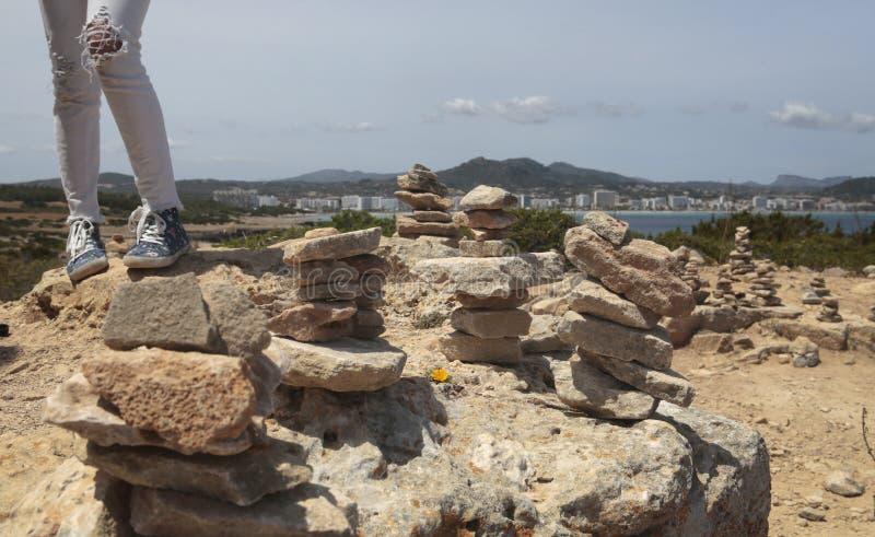 走在石头旁边的女孩在majorca海岛的南海岸登上  免版税库存图片
