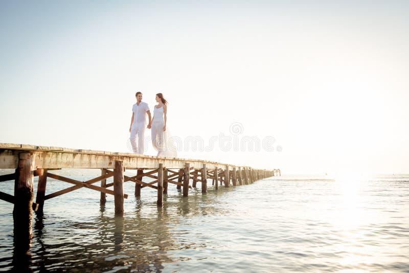 走在码头的年轻夫妇 库存图片