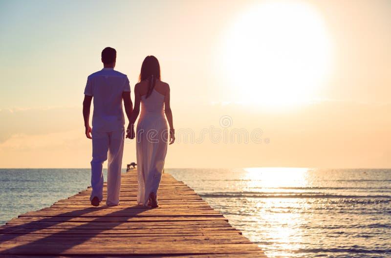 走在码头的年轻夫妇 免版税库存图片