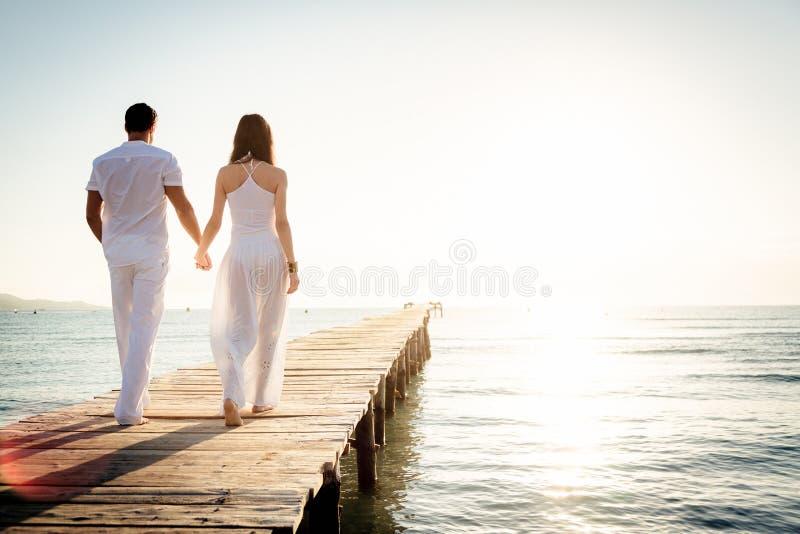 走在码头的年轻夫妇 库存照片