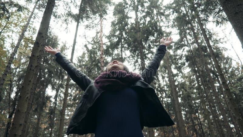 走在秋天公园的年轻美丽的妇女 走在秋天的,生活方式概念森林里的女孩 免版税图库摄影