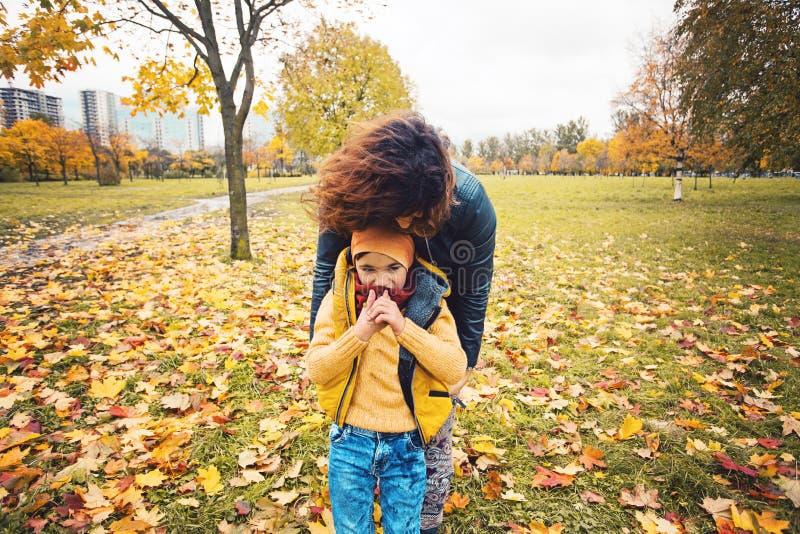 走在秋天的母亲和愉快的儿子儿童男孩停放 库存图片