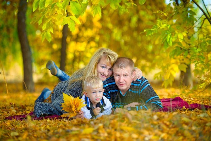 走在秋天自然的愉快的家庭 库存图片