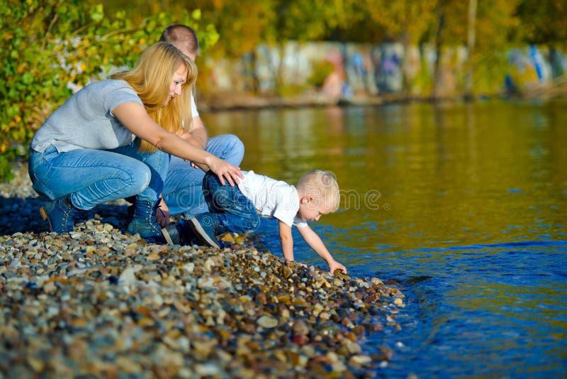 走在秋天自然的愉快的家庭 免版税图库摄影