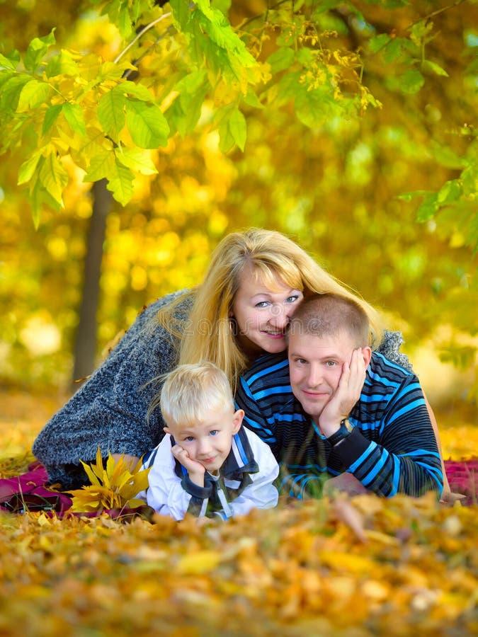 走在秋天自然的愉快的家庭 库存照片