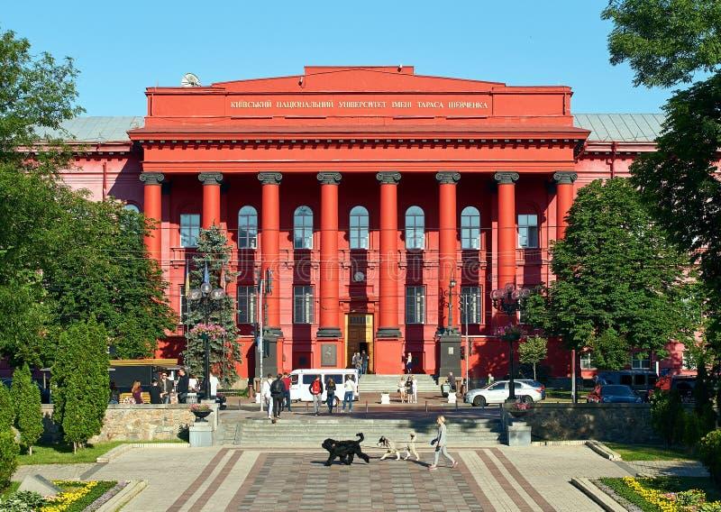 走在红色大学大厦或Chervonyi Korpus Universytetu,校长前面的传球手和学生 免版税库存图片