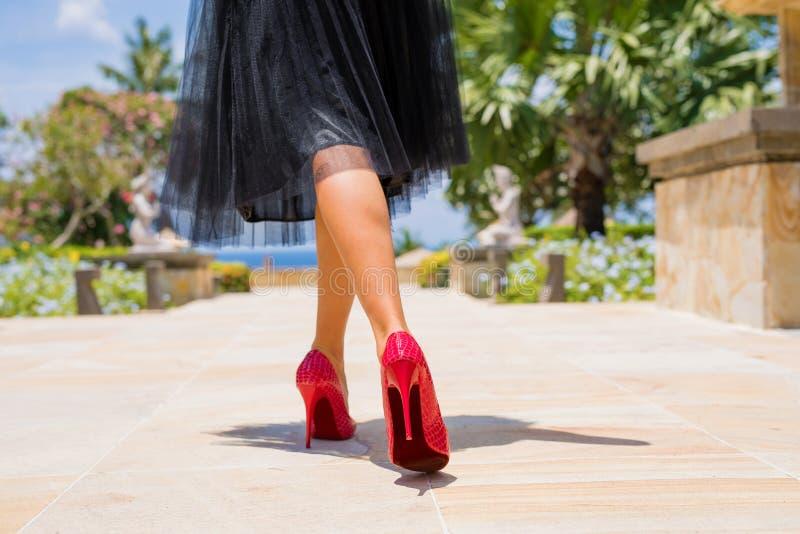 走在红色高跟鞋的妇女 免版税库存照片