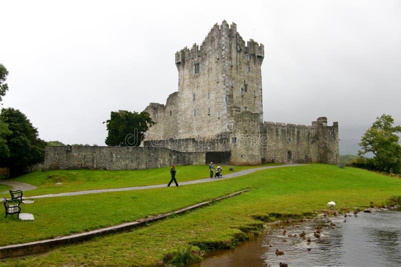 走在罗斯城堡废墟附近的人们在基拉尼,爱尔兰 免版税库存图片