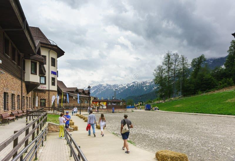 走在罗莎风雨棚的大厦的附近游人与餐馆小室滑雪胜地的 免版税库存图片