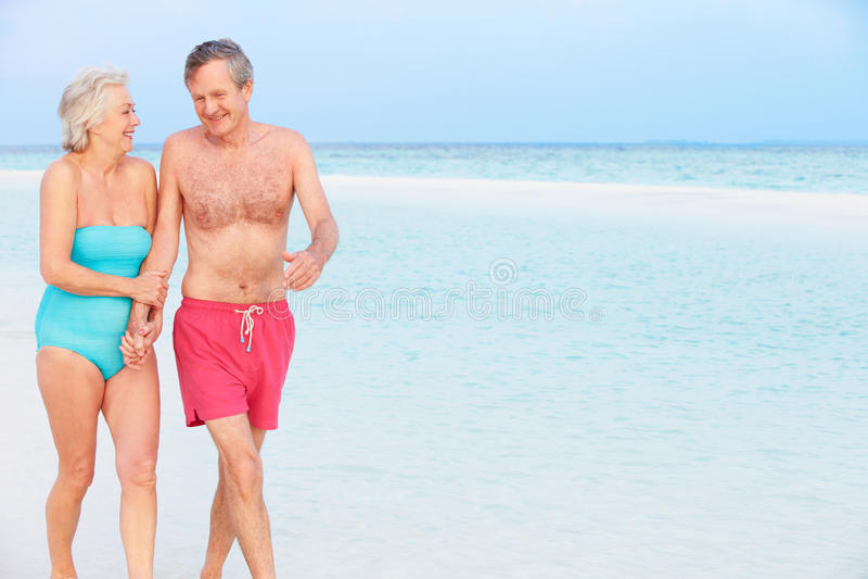 Download 走在美丽的热带海的资深浪漫夫妇 库存图片. 图片 包括有 海洋, 手段, 空间, 愉快, 放松, 马尔代夫 - 30329069