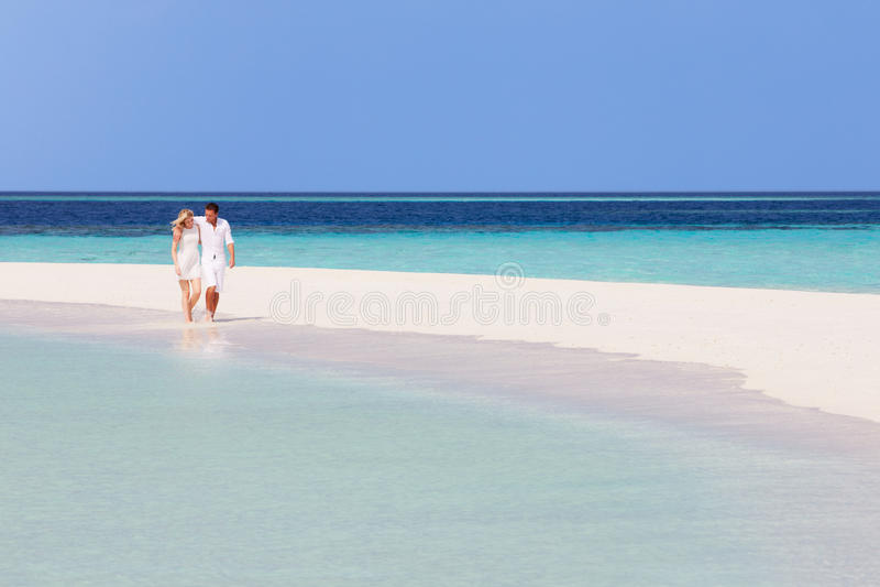 Download 走在美丽的热带海滩的浪漫夫妇 库存图片. 图片 包括有 愉快, 蓝色, 空间, 夫妇, 藏品, 女性, 蜜月 - 30329917