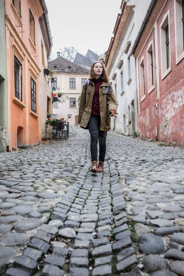 走在美丽的街道的女孩行家 库存图片