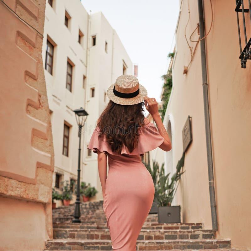 走在老镇的时髦的深色的妇女 免版税库存照片
