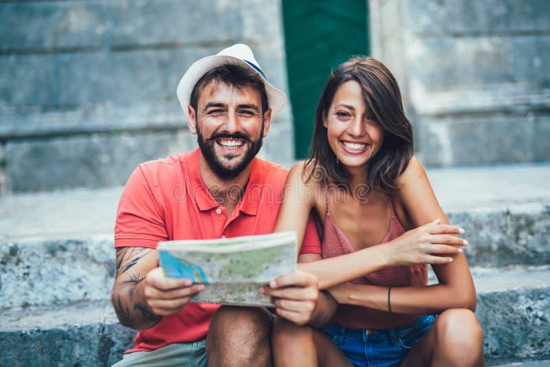 走在老镇附近的游人旅行的夫妇  库存图片